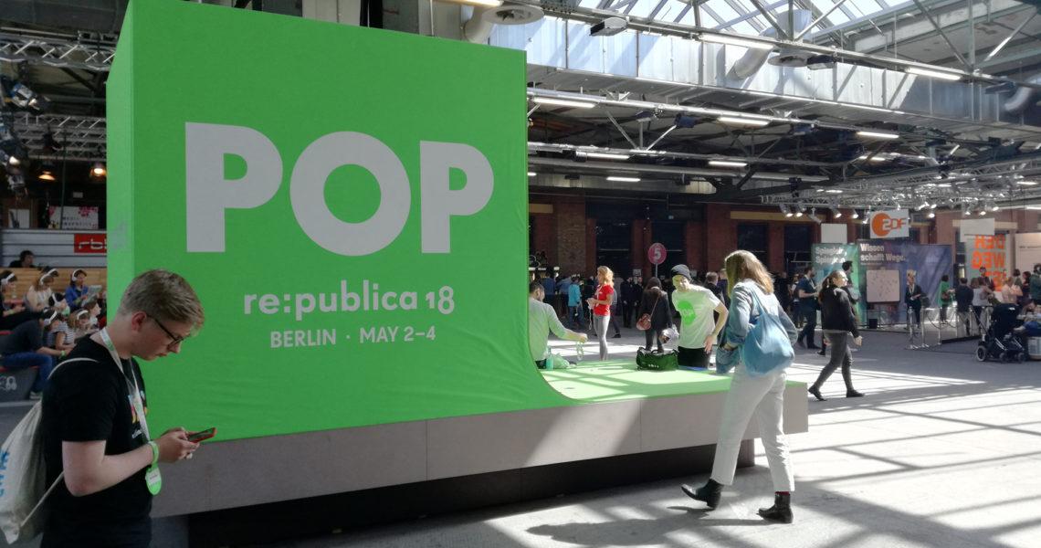 Ausstellungsfläche auf der re:publica mit etlichen Infoständen rund um die digitale Welt
