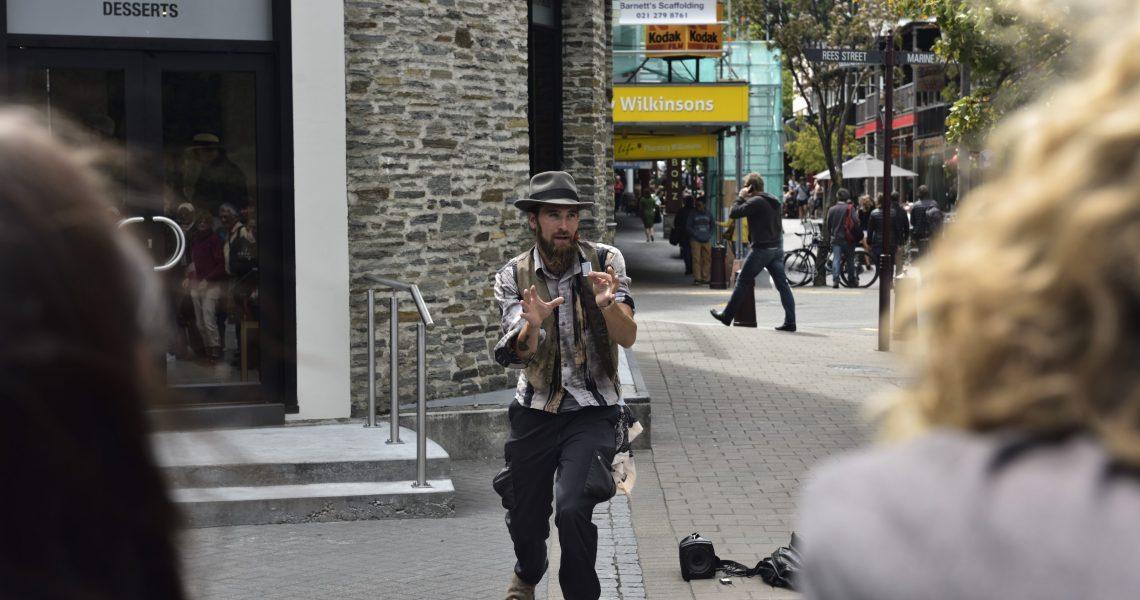 Straßenkünstler mit einer Live-Performance in Queenstown